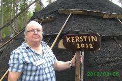 Här täcker Kerstin Lundell av skylten som namnger årets mila.